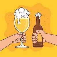 manos sosteniendo cervezas sobre fondo amarillo