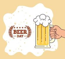celebración del día internacional de la cerveza con mano sosteniendo una jarra de cerveza