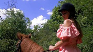 menina andando a cavalo
