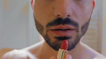 cara pinta os lábios com batom vermelho