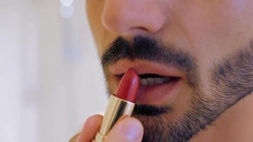 um cara pinta os lábios