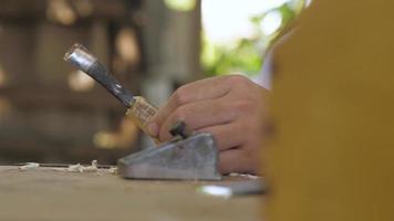 carpintero cepilla un mango de madera