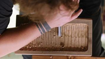 artesão faz uma bandeja de chá de madeira video