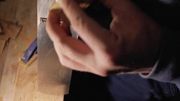 carpintero cepilla un peine de madera