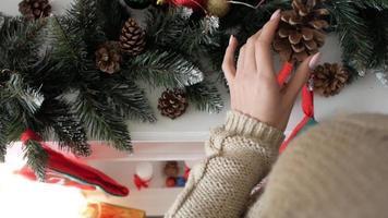 niña haciendo decoraciones navideñas