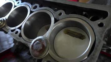 Handwerker Auto Zylinderblock Reparatur video