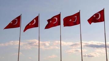 Bandeiras turcas balançando ao vento
