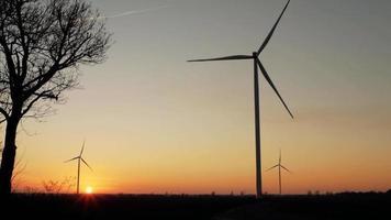geradores eólicos ao pôr do sol