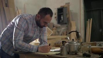 pausa para el café en el taller de carpintería