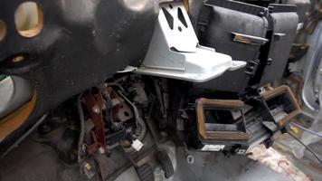 vista interior de um carro de sucata