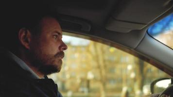 um homem dirigindo um carro