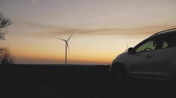 estações de energia eólica ao pôr do sol