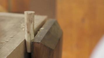 un carpintero hace un mango de madera