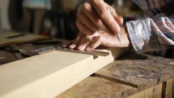 charpentier mesurant avec un carré