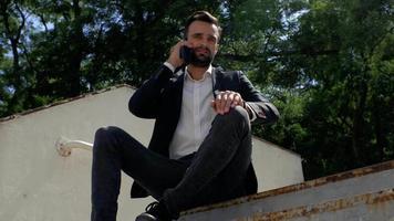 hombre hablando por teléfono en un parque