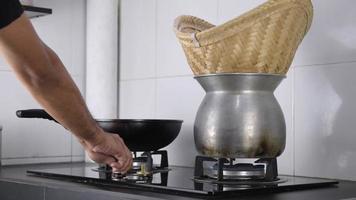ligue o fogão a gás.