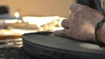 carpintero trabaja con un enrutador eléctrico de inmersión video