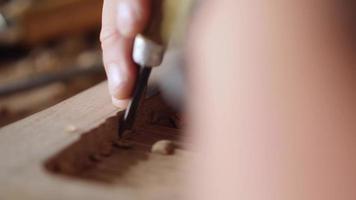 woodcarver processa uma placa de madeira