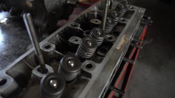 válvulas obsoletas no bloco do motor de um carro antigo