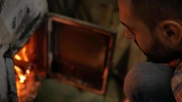 homem perto de um forno de ferro fundido video
