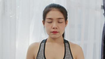 mujeres respirando haciendo yoga
