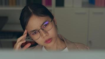 mujer con gafas para trabajar