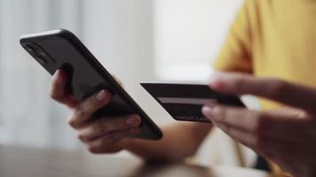 Frau, die online auf einem Smartphone einkauft