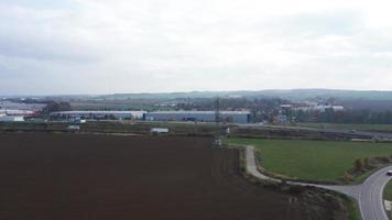 Vista aérea de un campo y autopista en 4k