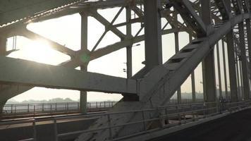 coches y bicicletas conduciendo por un puente.