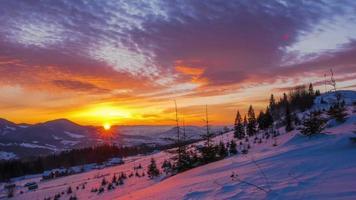 lever du soleil sur la montagne d'hiver video