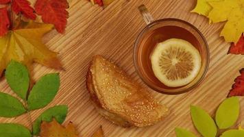 chá de outono com rodela de limão e croissant
