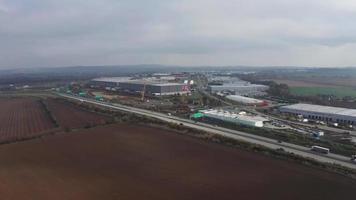 vista aérea de uma rodovia e zona industrial em 4k video