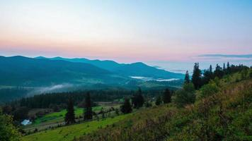 fantástico amanecer sobre la montaña brumosa de verano