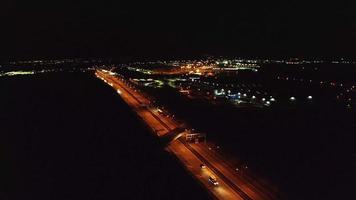 Vista aérea nocturna de una autopista en 4k video