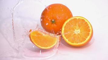 fatias de laranja estão caindo na mesa