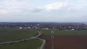 foto aérea de torre de rádio e vila em 4k