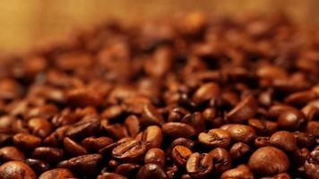 Makroansicht von frisch gerösteten Kaffeebohnen.