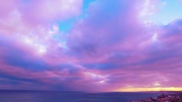 céu nublado do pôr do sol sobre o mar video