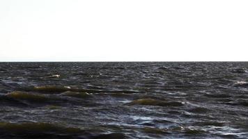 olas del mar y horizonte blanco