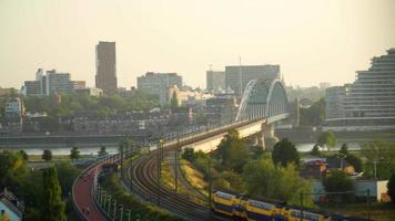 Zug fahren auf einer Stahlbrücke vor dem Betreten einer Stadt