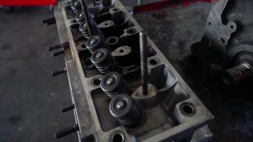 peças da cabeça do cilindro em um motor de carro antigo