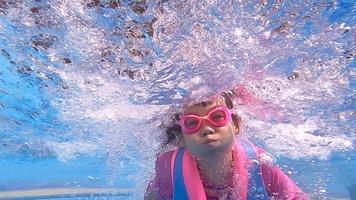 niña niño feliz buceo bajo el agua en la piscina. video