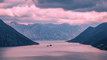 regenwolken in de baai van Kotor video