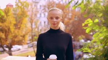 retrato de mulher caucasiana no outono