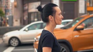 Profil junge Frau geht in die Stadt
