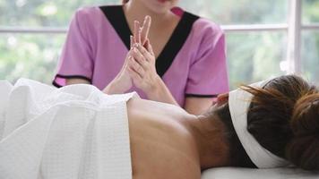 mulher recebendo uma massagem no spa video