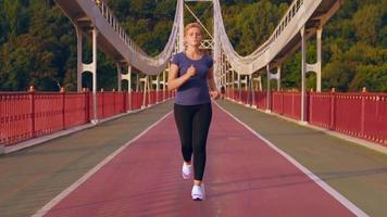 fitness girl entrena al aire libre video