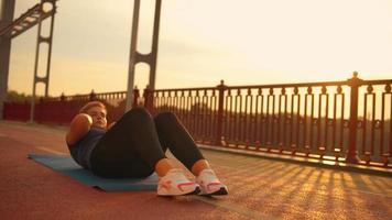 Mädchen macht Bauchmuskeltraining in der Brücke
