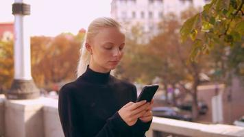 loira retrato usa celular na cidade