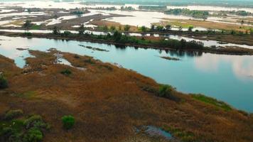 Vuelo sobre el río Dnieper, pequeñas islas debajo video